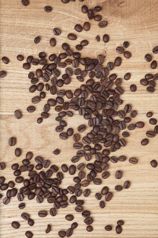 Download Grains De Café Sur Un Fond En Bois Image stock - Image du catalogue, coeur: 45360333