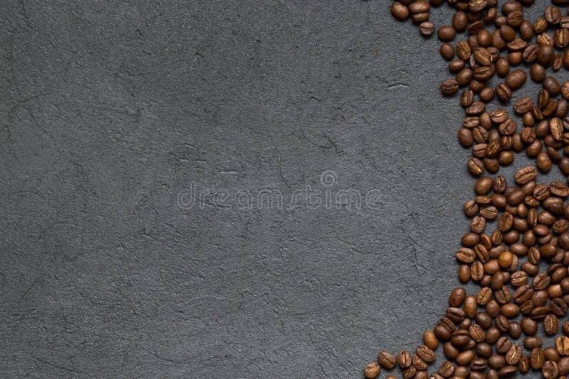 Grains de café sur un fond noir Vue supérieure, l'espace de copie photographie stock