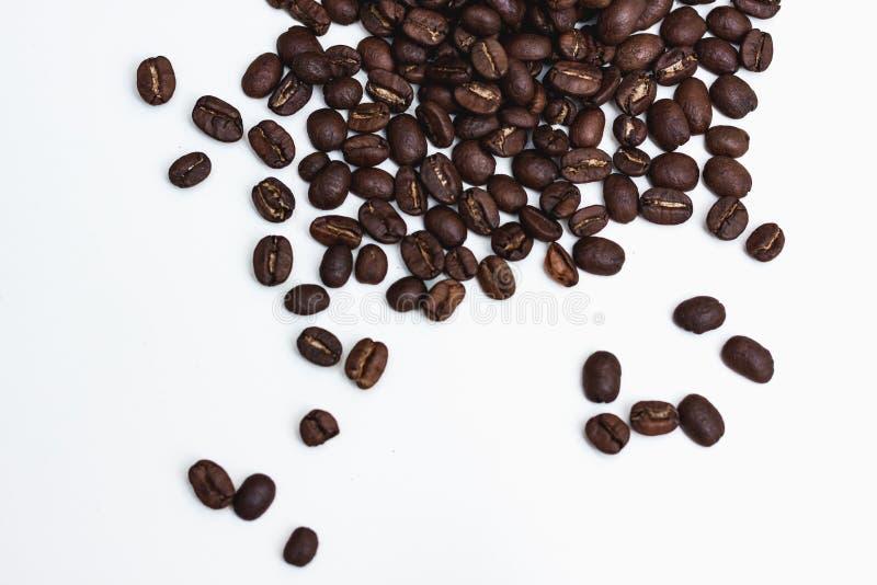 Grains de café sur une surface blanche image stock