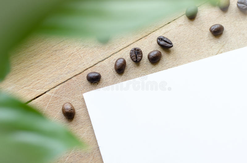 Grains de café sur une table photographie stock libre de droits