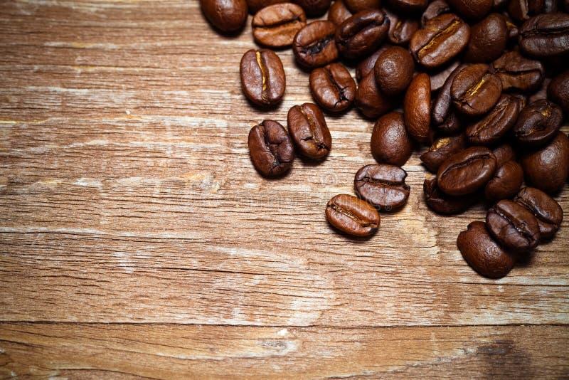 Grains de café sur une vieille table en bois pour le fond L'espace pour le tex images stock