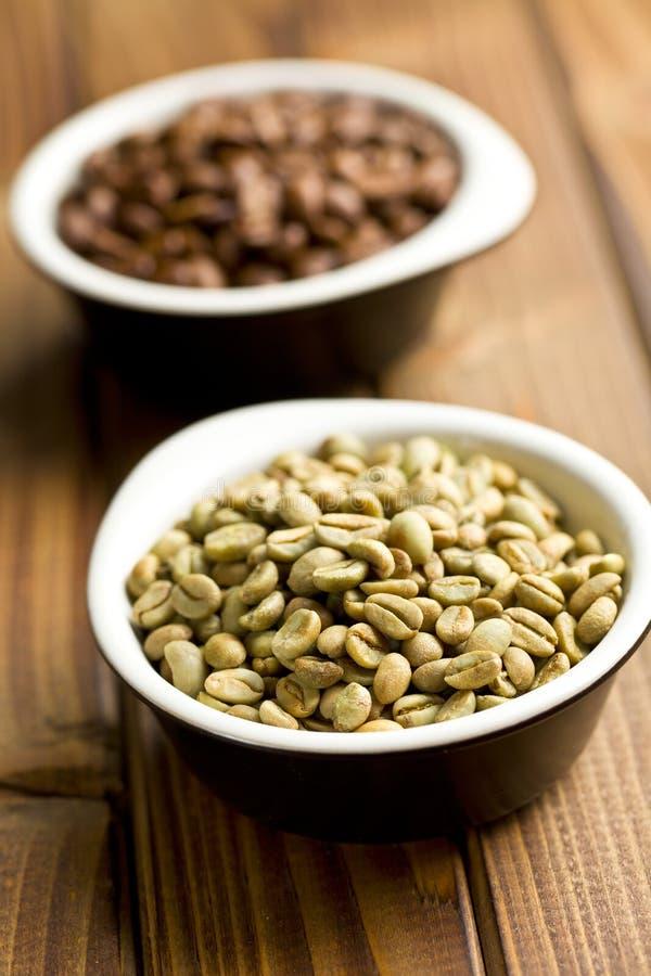 Grains de café verts dans la cuvette en céramique photos libres de droits