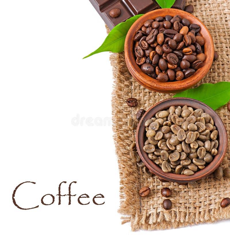 Grains de café verts et bruns photos stock