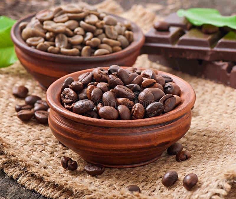 Grains de café verts et bruns images stock