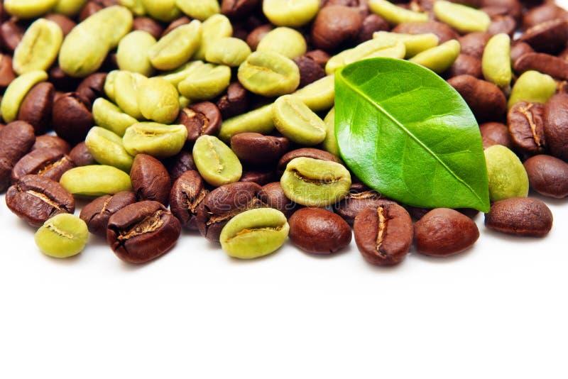 Grains de café verts et noirs. photo stock