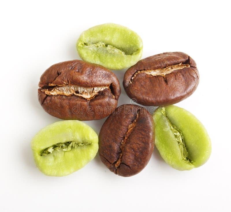 Grains de café verts et noirs photographie stock libre de droits