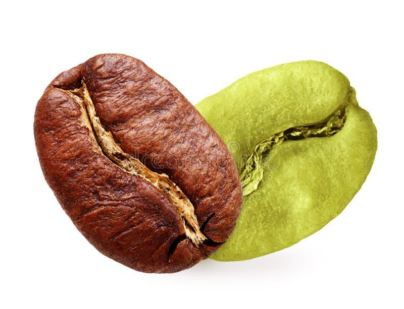 Grains de café verts et noirs d'isolement images stock