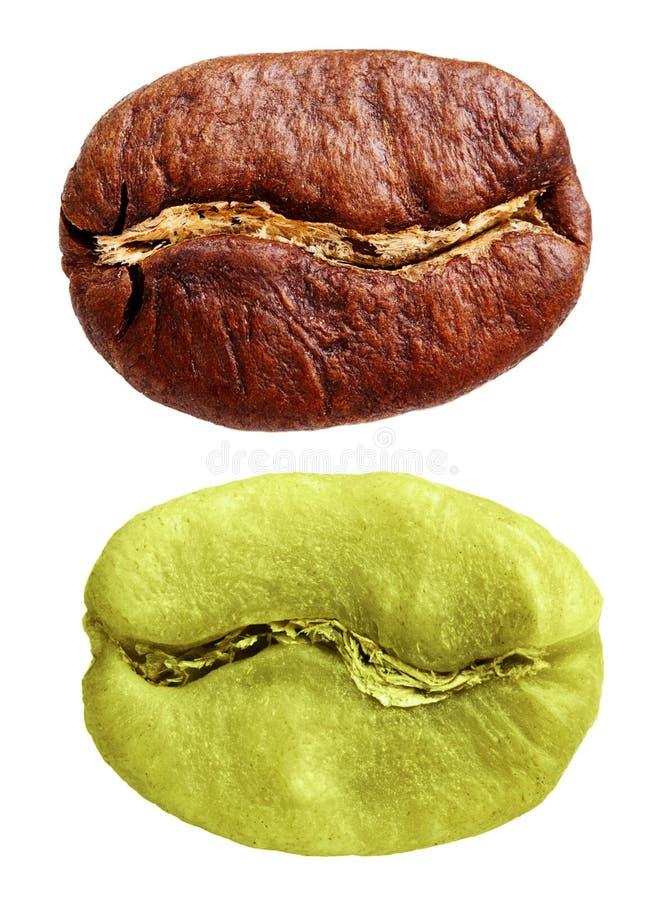 Grains de café verts et noirs d'isolement photos libres de droits