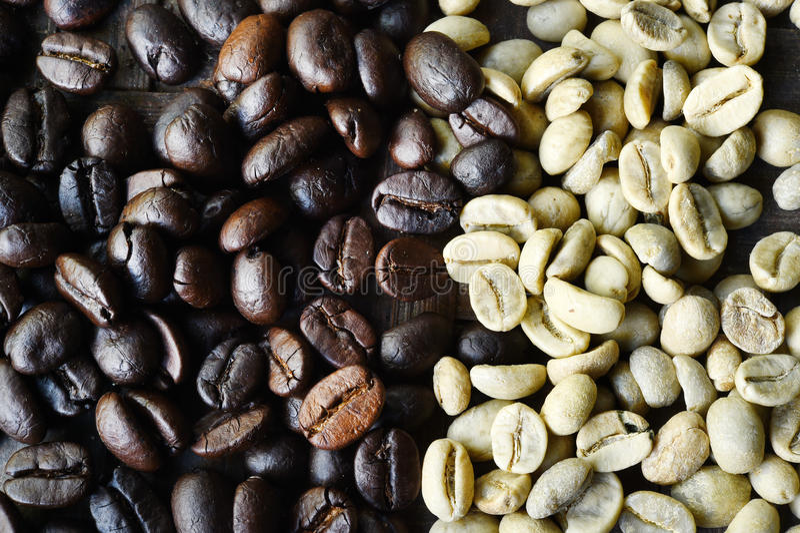 Grains de café verts et rôtis photos libres de droits