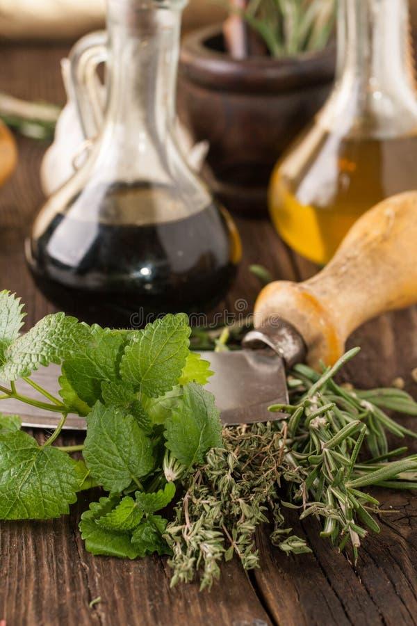 Gralic olie en azijn, mes met kruid stock fotografie