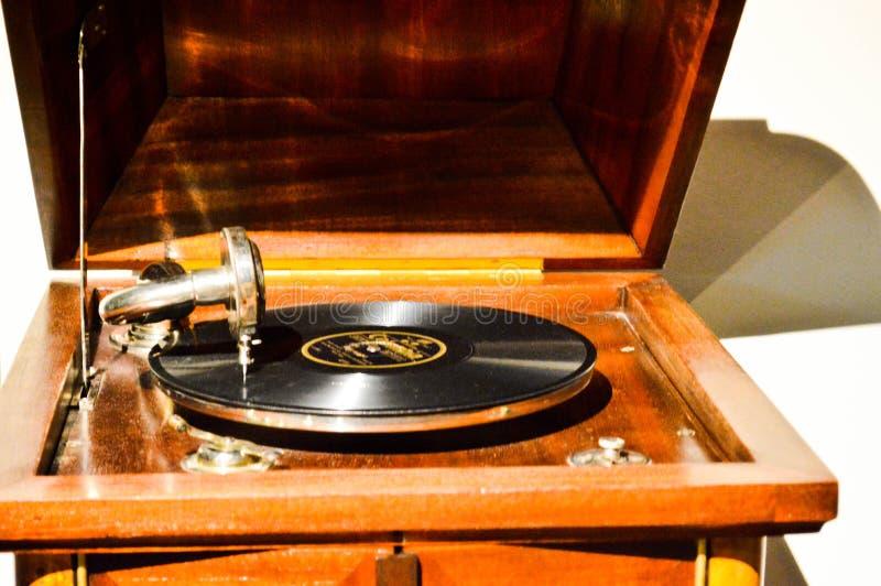 Gramófono retro de madera antiguo clásico del vintage para jugar música con un disco de negro vinilo imagenes de archivo