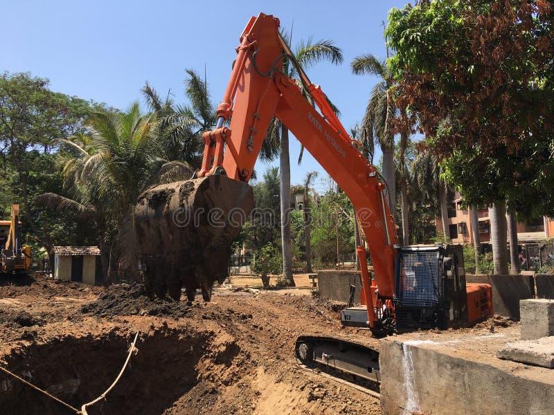 Gram för lok för Caterpillar drivande hydrauliskt grävskopaarbete arkivfoton