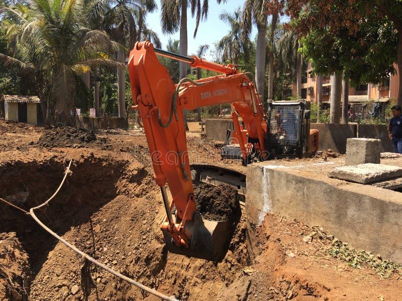Gram för lok för Caterpillar drivande hydrauliskt grävskopaarbete royaltyfri bild