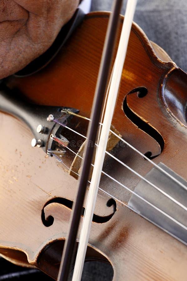 gram na skrzypcach zdjęcie stock