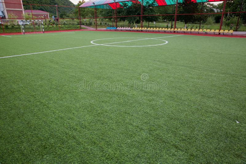 Grama artificial de Mini Football Goal On An Dentro do campo de futebol interno fotos de stock