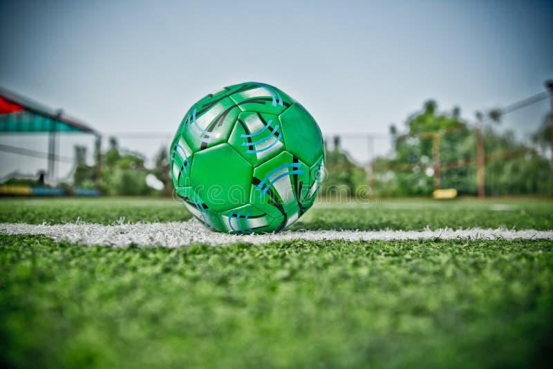 Grama artificial de Mini Football Goal On An Dentro do campo de futebol interno Mini bola de futebol foto do hdr imagens de stock