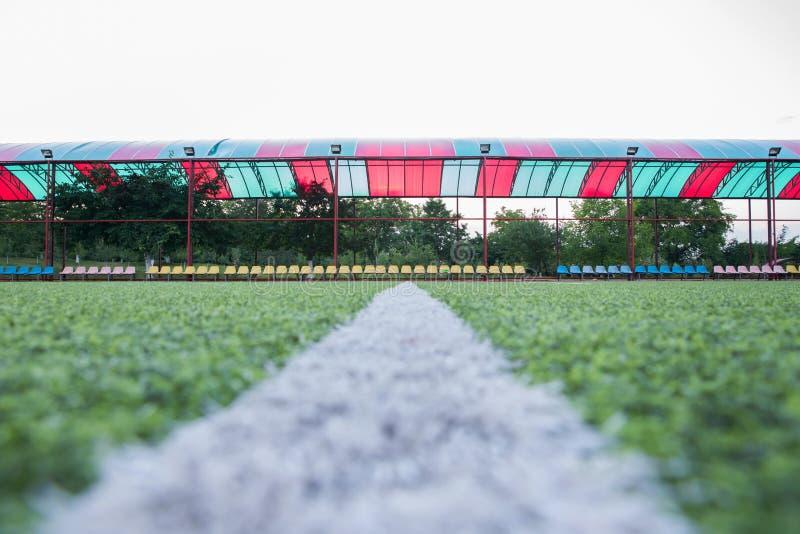Grama artificial de Mini Football Goal On An Dentro do campo de futebol interno Centro do campo de futebol e fundo da opinião sup foto de stock