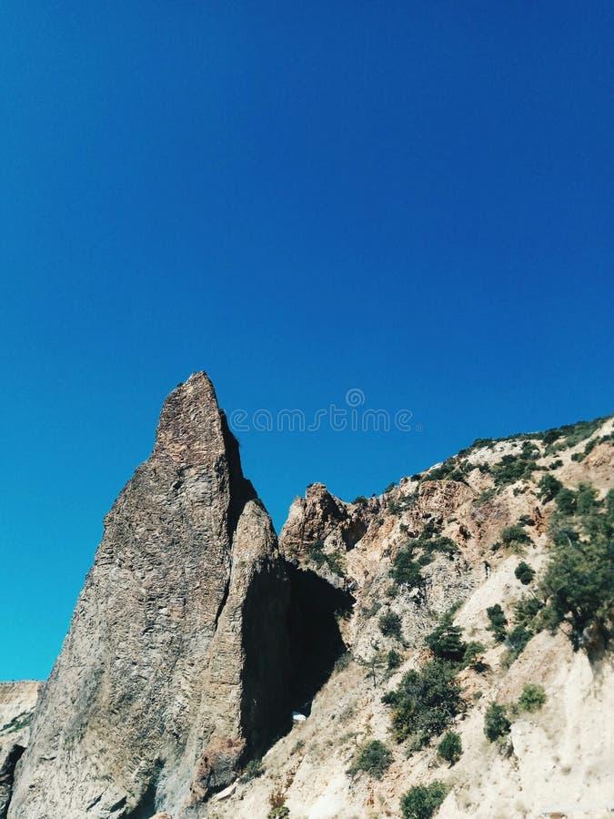 Grama As montanhas céu azul brilho fotografia de stock royalty free
