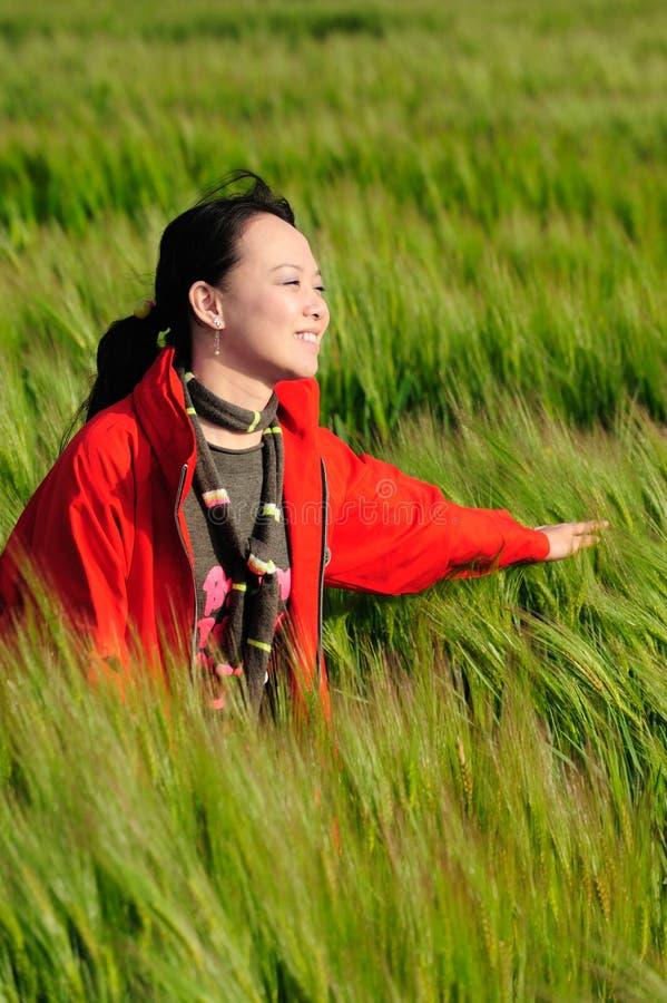 Grama asiática da mulher no vermelho fotos de stock