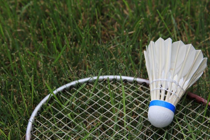 Grama de Birdie Shuttlecock Racket On Green do badminton
