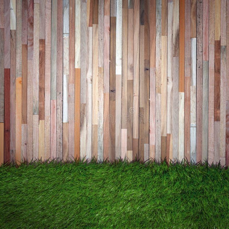 Grama e parede de madeira imagem de stock royalty free