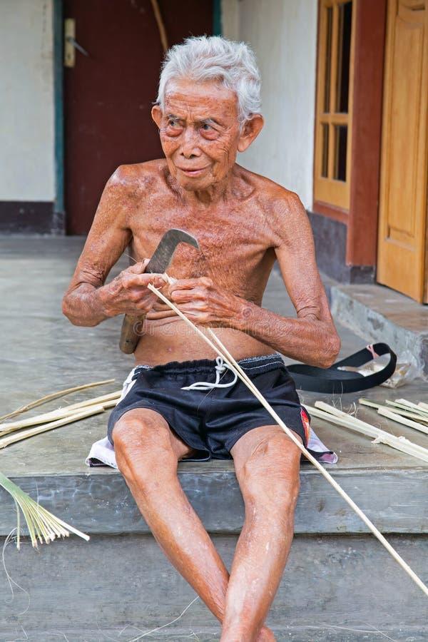 Grama indonésia velha do corte do homem em Lombok, Indonésia imagens de stock royalty free