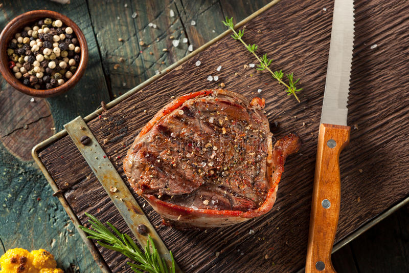 Grama orgânica Fed Bacon Wrapped Sirloin Steak imagens de stock