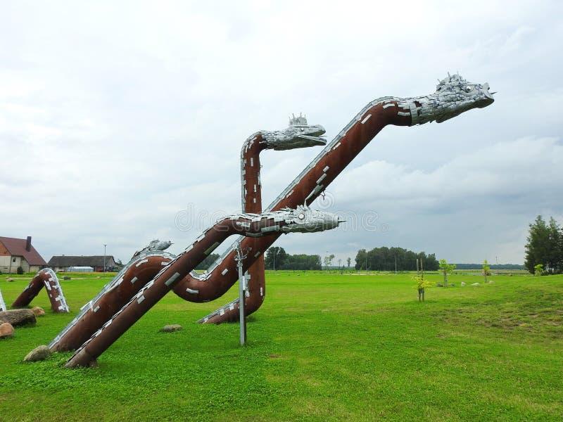 Grama-serpente metálica no parque, Lituânia imagens de stock