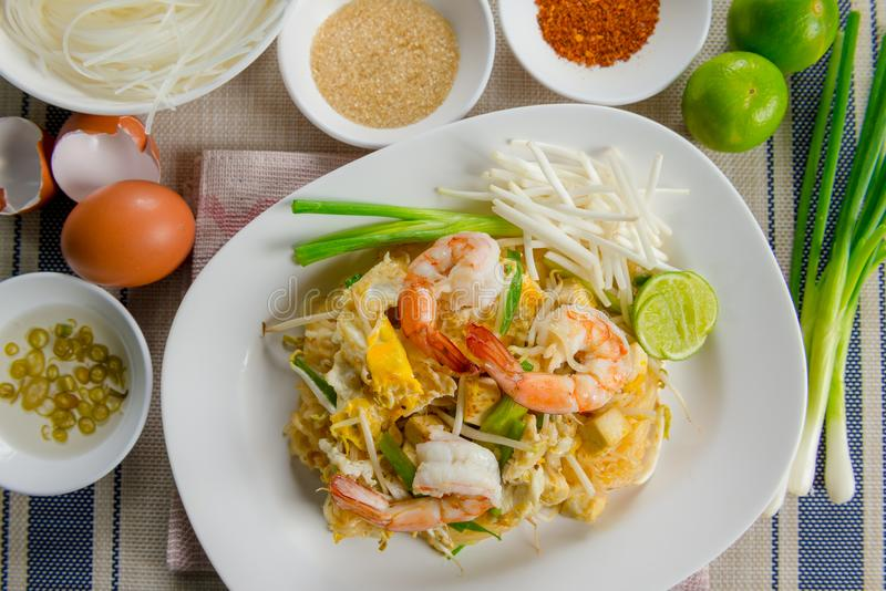 Grama tailandesa Fried Rice Sticks de Goong da almofada com camarão fotos de stock