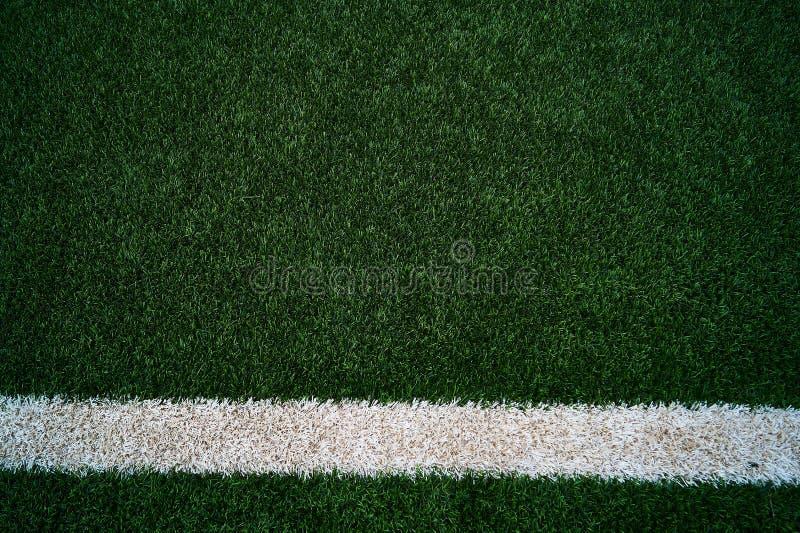 A grama verde artificial com uma linha reta mas 5 graus shitfted à direita foto de stock