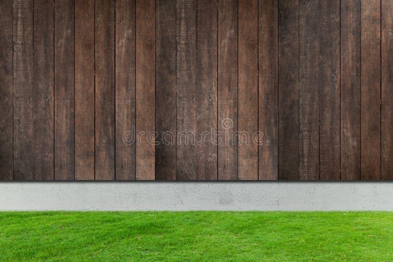 Grama verde com as cercas concretas e de madeira brancas fotografia de stock royalty free