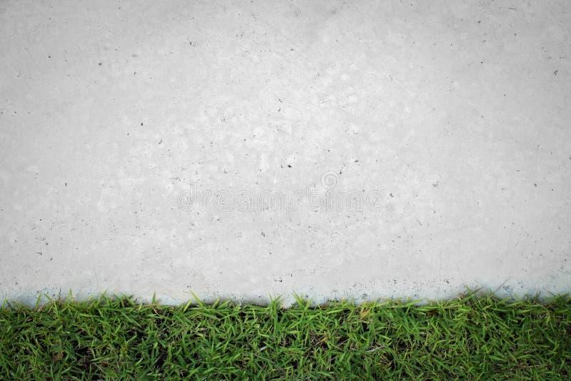 Grama verde com o assoalho concreto velho foto de stock