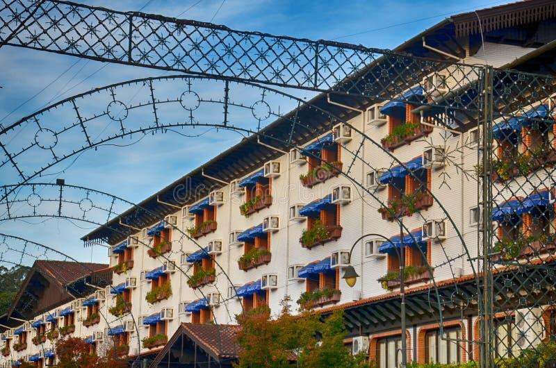 Gramado, Brasil: Arquitetura típica Gramado está para fora entre outras cidades para sua arquitetura bávara foto de stock royalty free