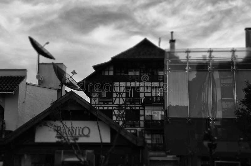 Gramado, Brasil: Arquitetura típica Gramado está para fora entre outras cidades para sua arquitetura bávara imagem de stock