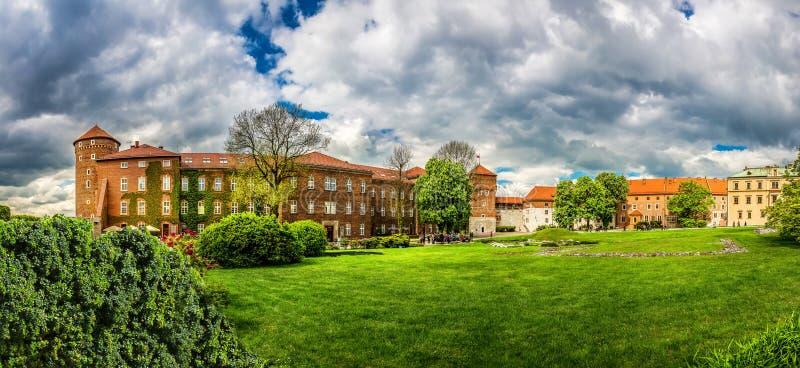Gramado da grama no castelo de Wawel, vista panorâmica fotos de stock royalty free