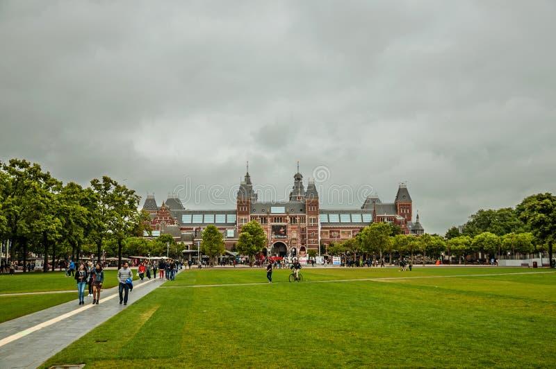 Gramado do quadrado do museu de Museumplein na frente do Museu Nacional de Rijksmuseum em Amsterdão imagens de stock