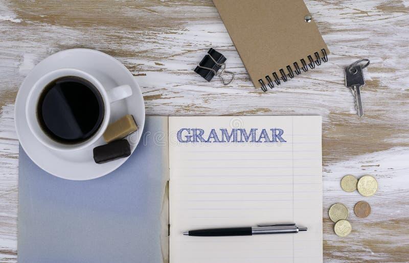 Grammatik - förskriftsbok på skrivbordet royaltyfri fotografi
