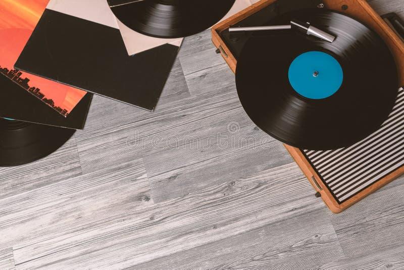 Grammofono su di legno grigio fotografia stock libera da diritti