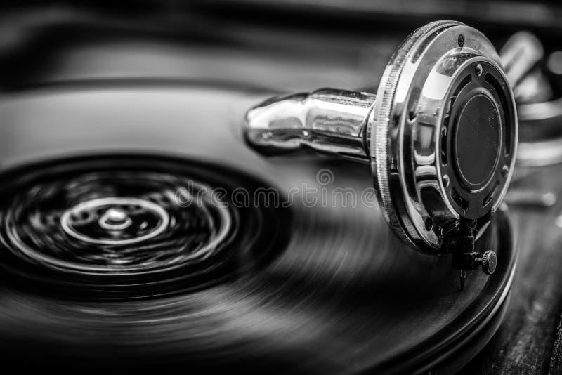 Grammophone играя старый диск, в черно-белом стоковая фотография
