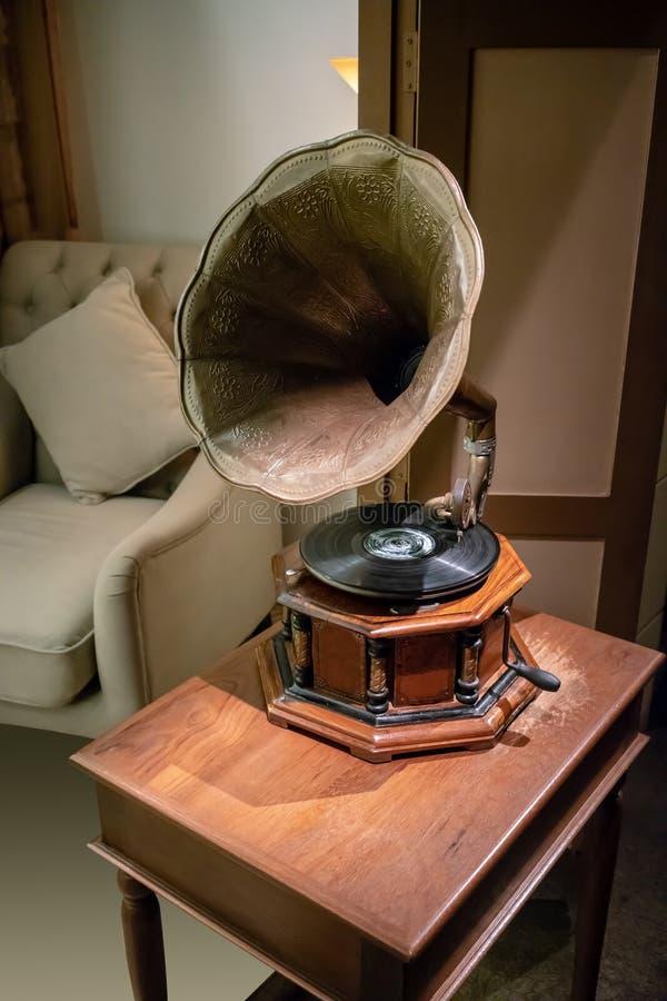 Gramofone retro clássico antigo na tabela de madeira Caixa de música vin fotografia de stock
