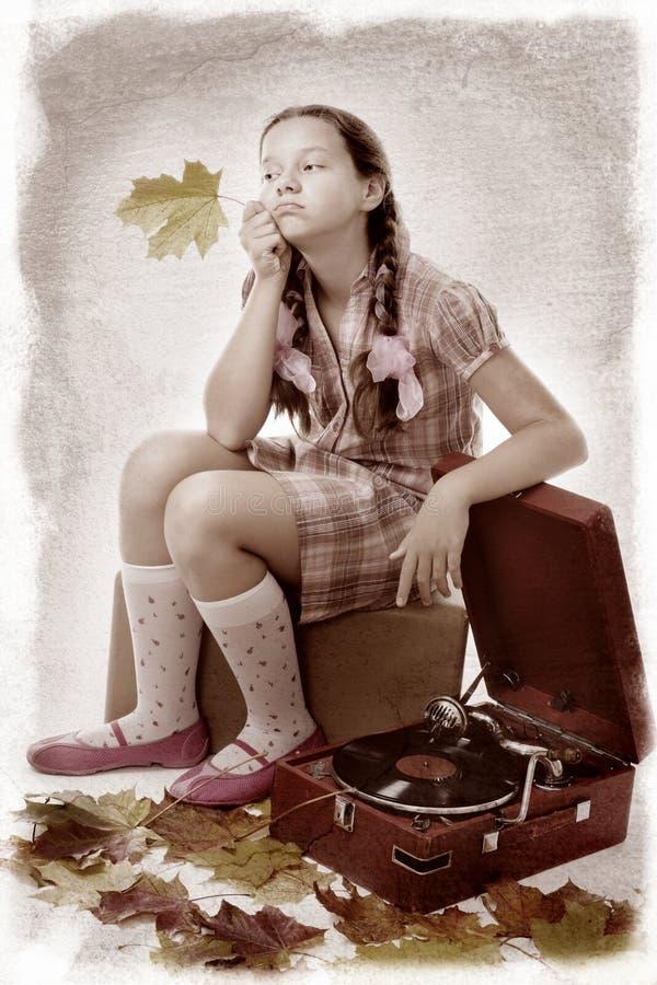 gramofonowy mienia dzieciaka liść klonu obsiadanie obraz stock