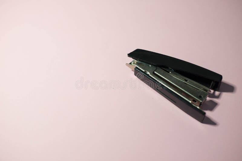 Grampeador com grampos imagem de stock