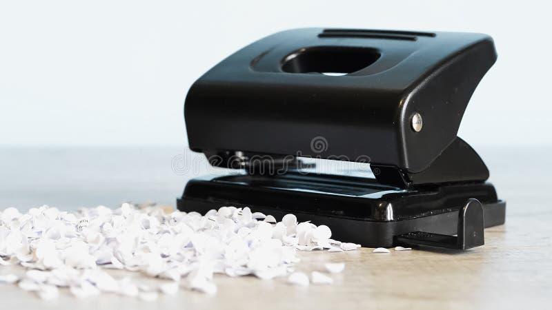 Grampeador para o trabalho de escritório na tabela Artigo dos artigos de papelaria Escritório SU imagens de stock
