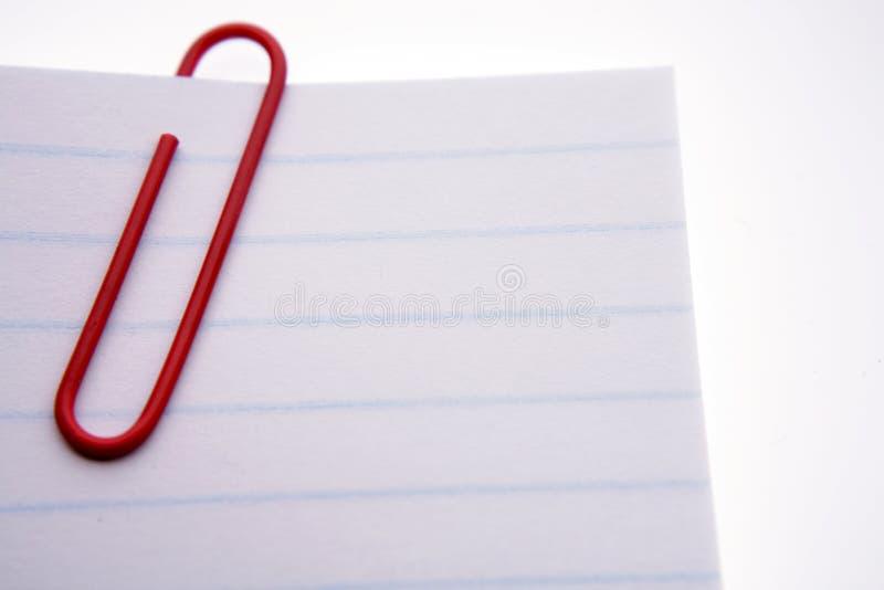 Grampo de papel vermelho em papéis imagens de stock