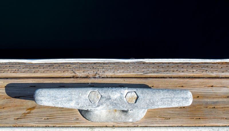 Grampo resistido da doca em um cais de madeira com espaço da cópia foto de stock royalty free