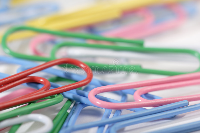 Grampos de papel coloridos fotografia de stock