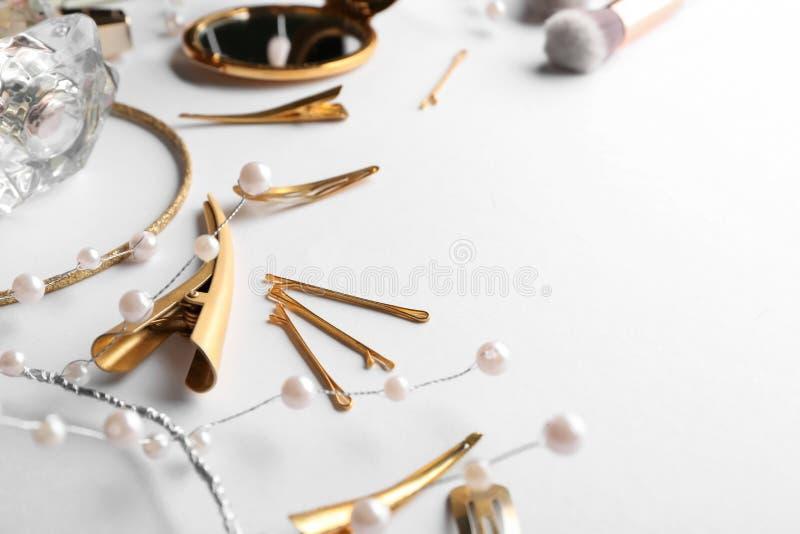 Grampos e pinos dourados de cabelo no fundo branco imagem de stock royalty free