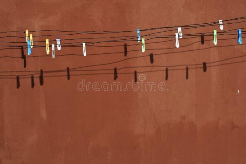 Grampos múltiplos de pano na corda imagem de stock