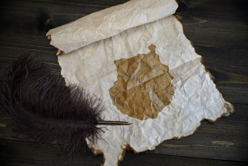 gran卡纳里亚地图在葡萄酒纸的与在木纹理书桌上的老笔 库存照片