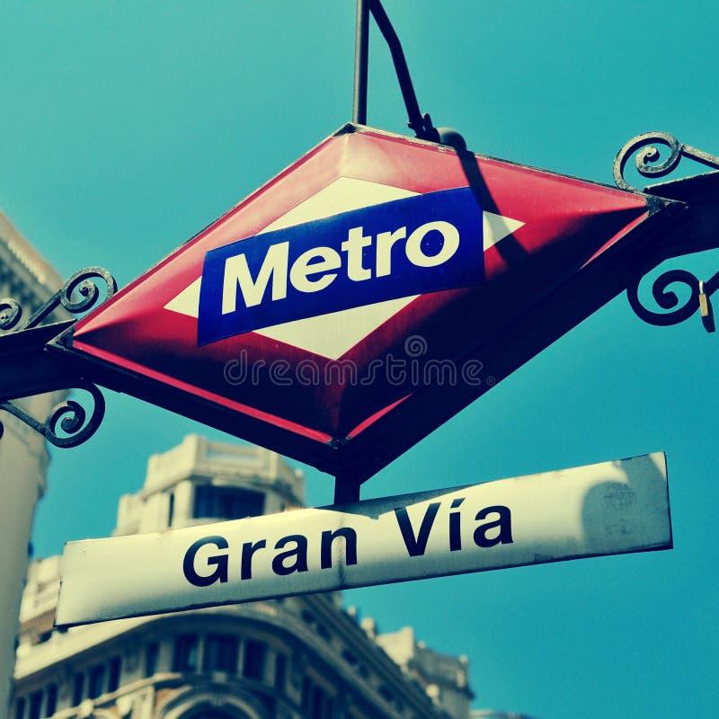 Gran的标志通过地铁车站在马德里,西班牙,有一减速火箭E-F的 库存照片